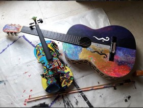 "Painted violon ""Sonorité Jaune"" (Yellow sound, Vassily Kandinsky tribute) and ""Edge of the World"" guitar"